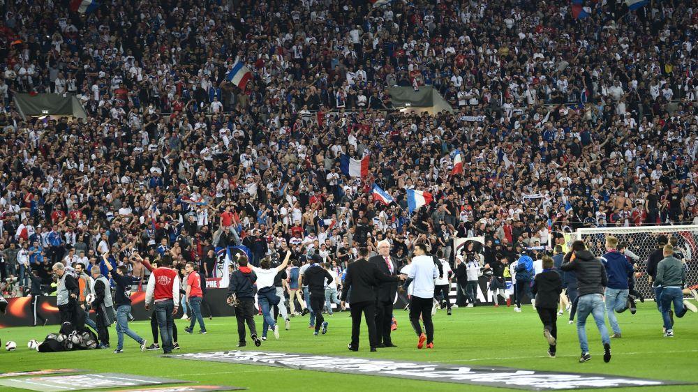 La UEFA toma medidas tras los incidentes entre hinchas del Lyon y Besiktas