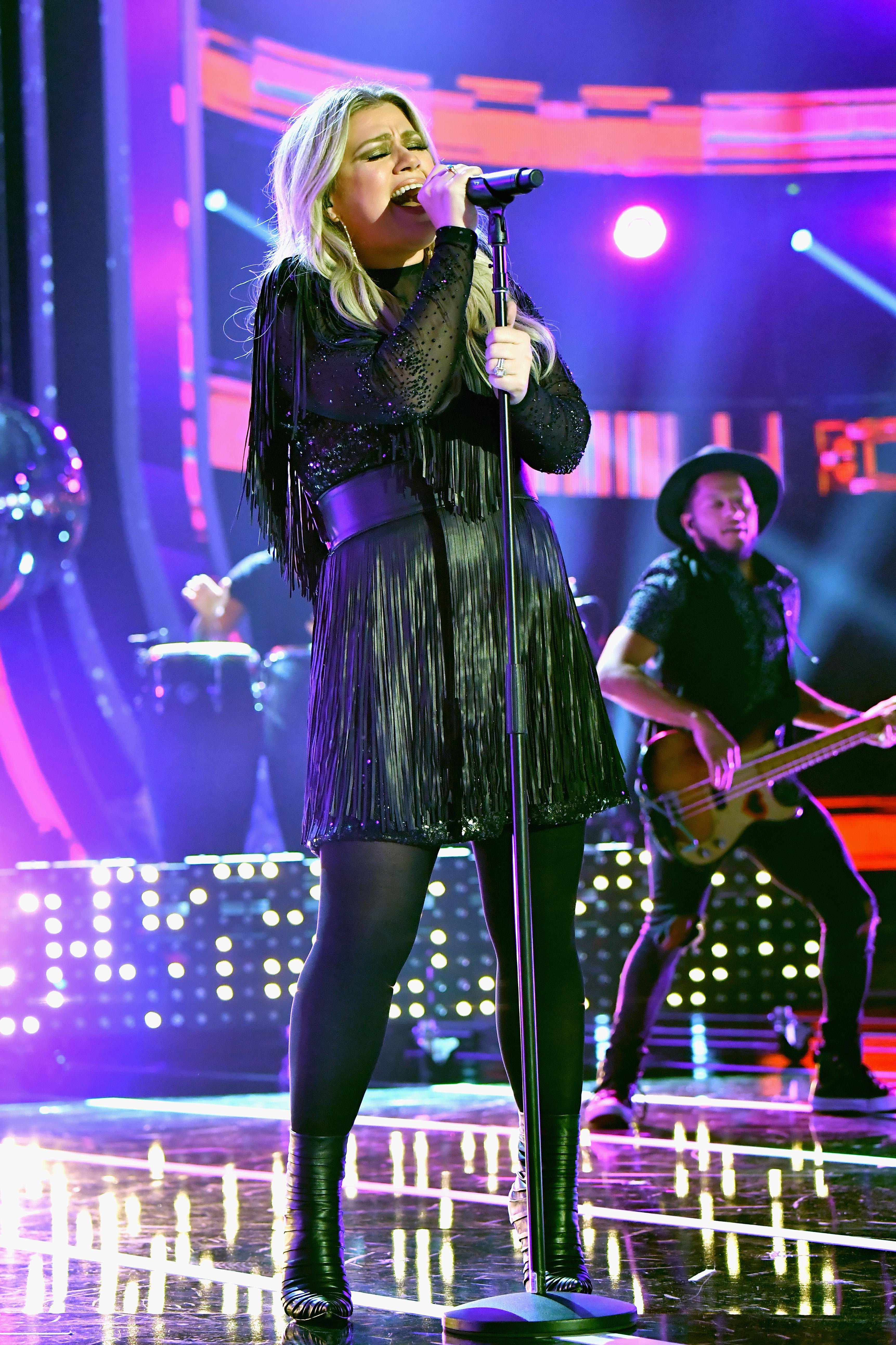 Kelly Clarkson wins CMT Awards with American Woman cover