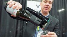 飲葡萄酒再也不需拔橡木塞,富豪級取酒器 CES 展出