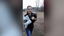 Su mejor amigo es un gallo que la busca al volver de la escuela