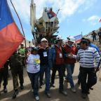'Los 33' offer support to 'Los 44' as Chilean miners hope for survival of missing Argentine submariners