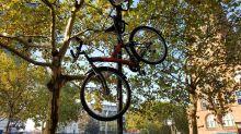 In Steglitz entdeckt: Stellplatz der anderen Art: Fahrrad hängt an Laterne