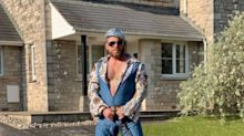 Engländer erheitert mit seinen Kostümen die ganze Nachbarschaft