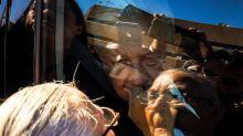 Madre de líder pesquero detenido llega hasta auto de AMLO para pedir ayuda, pero él solo la mira