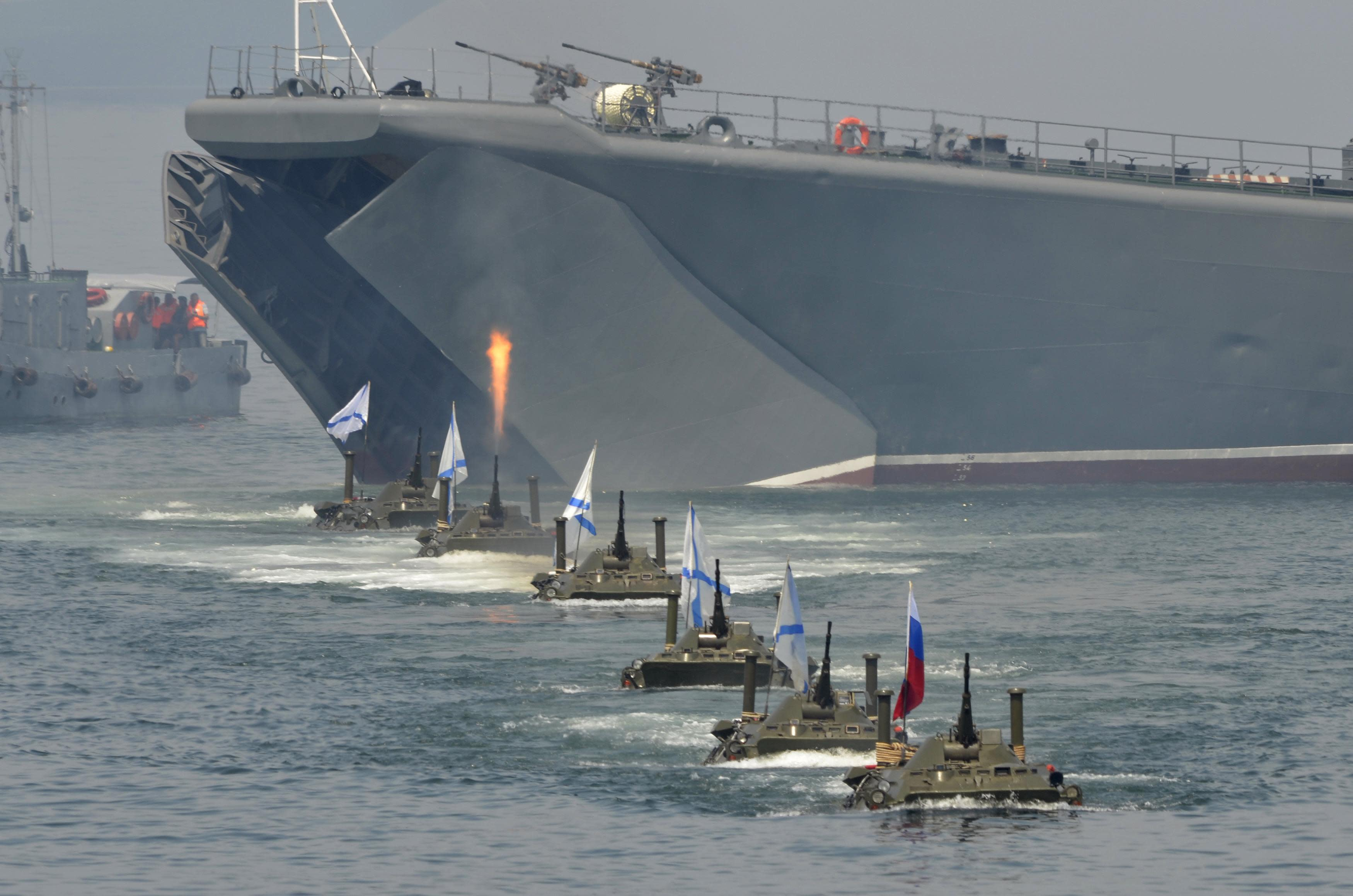 Russian amphibious vehicles drive in formation during celebrations to mark Navy Day in the far eastern Russian port of Vladivostok July 27, 2014. REUTERS/Yuri Maltsev (RUSSIA - Tags: POLITICS MILITARY ANNIVERSARY)