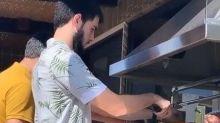 William Bonner ajuda o filho em dia de churrasco em família