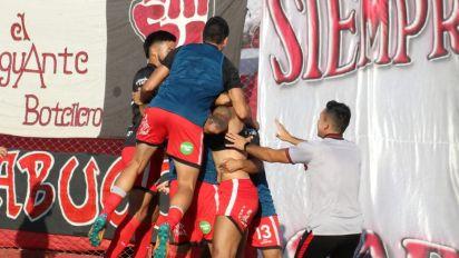 Escándalo en el ascenso. Un árbitro echó a tres jugadores y cobró un penal insólito en Deportivo Maipú-Sarmiento de Resistencia