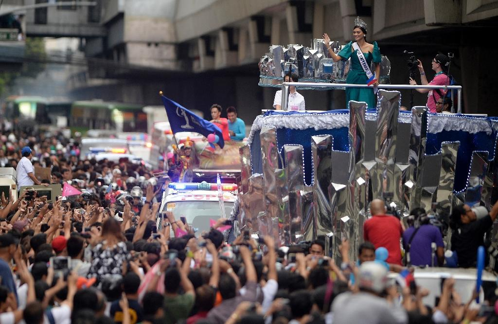 Miss Universe Pia Alonzo Wurtzbach (top R) waves to fans during her victory homecoming parade in Manila on January 25, 2016 (AFP Photo/Noel Celis)