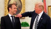 Peinlich! Donald Trump putzt Emmanuel Macron die Schuppen vom Anzug