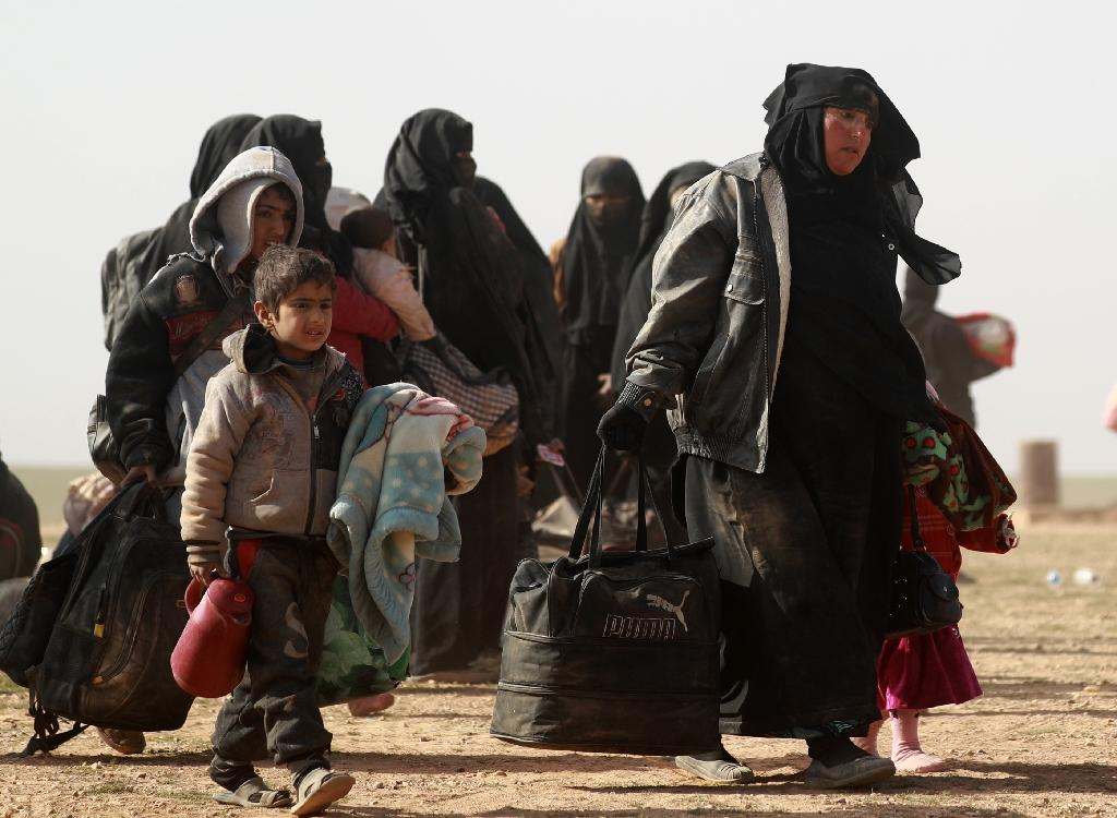 Civilians who have fled Baghouz village in Syria's Deir Ezzor province arrive in a region controlled by the Syrian Democratic Forces on January 26, 2019 (AFP Photo/Delil SOULEIMAN)
