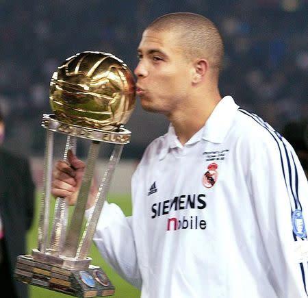 Foto de archivo de Ronaldo con la Copa Intercontinental después que el Real Madrid le ganara a Olimpia de Paraguay en Yokohama