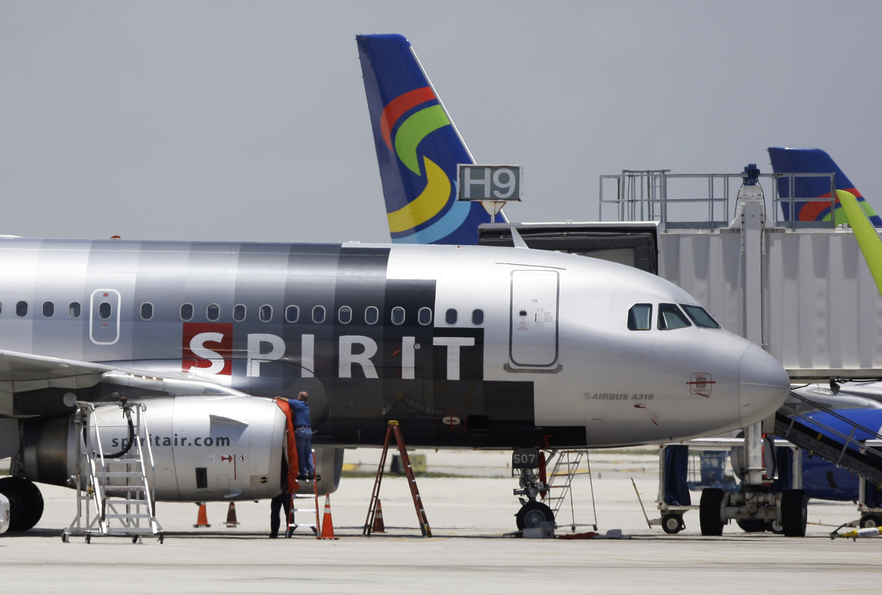 frontier and spirit airlines raise baggage fees for the holidays