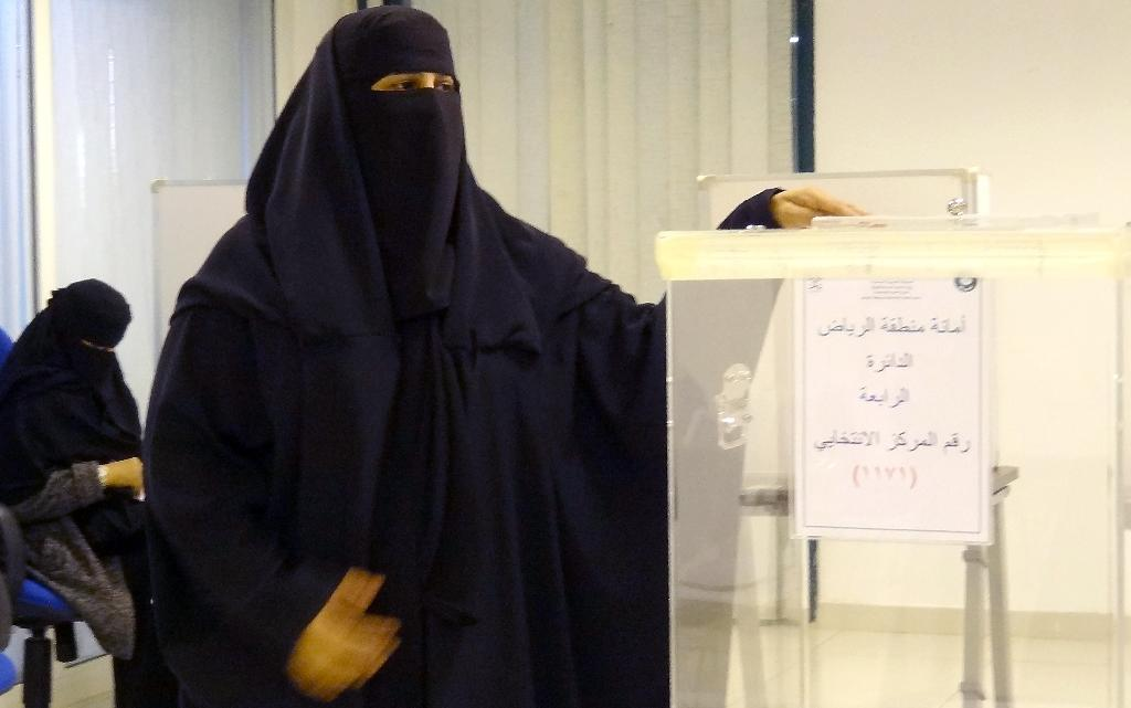 A Saudi woman casts her ballot in the capital Riyadh on December 12, 2015 as the nation allowed women to vote for the first time (AFP Photo/Dina Fouad)