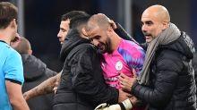 El Manchester City termina el partido con un defensa de portero
