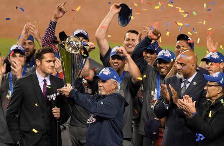 El técnico de Estados Unidos, Jim Leyland, sostiene el trofeo después de derrotar a Puerto Rico en la final Clásico Mundial de Béisbol en el Estadio Dodger, en Los Ángeles, California, Estados Unidos.