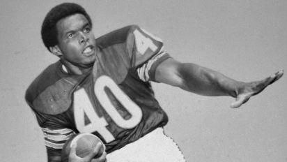 Hall of Famer Sayers, iconic Bears RB, dies at 77