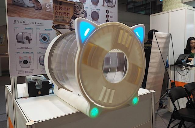 Spinning litter box automatically collects your kitty's poop
