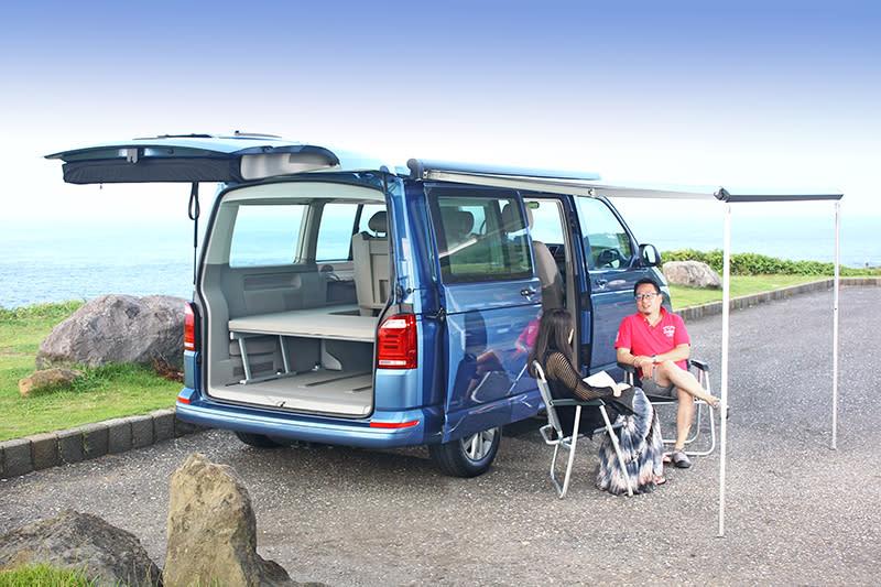 車側遮陽棚須以隨車工具旋轉伸展,由此獲得更涼爽舒適的空間。