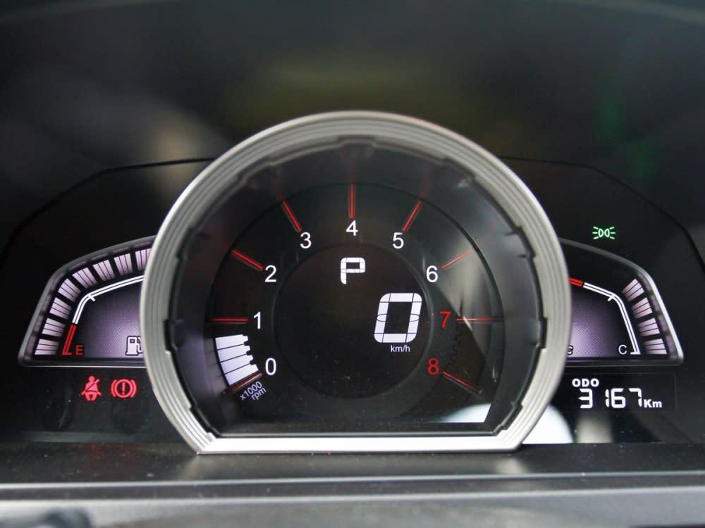 儀表板採三區配置,資訊豐富且顯示效果清晰。