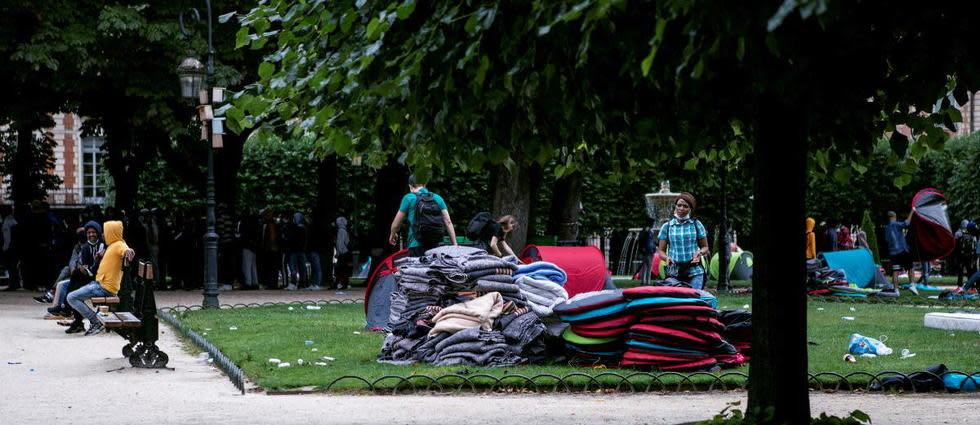 Paris: 600 sans-abri installés place des Vosges pris en charge par la Mairie