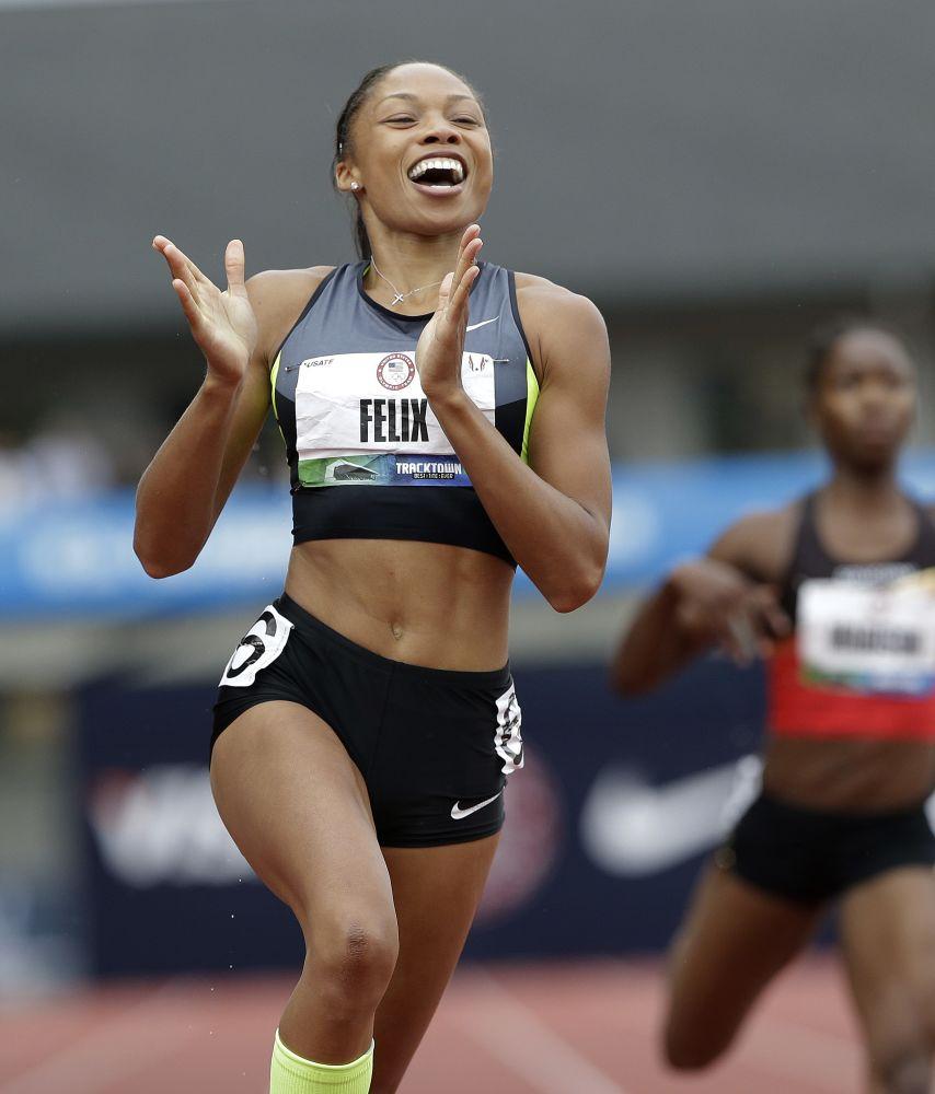 Allyson Felix celebra tras ganar la carrera de 200 metros planos en el preolímpico de atletismo de Estados Unidos, el sábado, 30 de junio del 2012.  (Foto AP/Eric Gay)