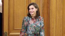 """La reina Letizia deja sus diseños costosos y luce un vestido """"barato""""; mírala"""