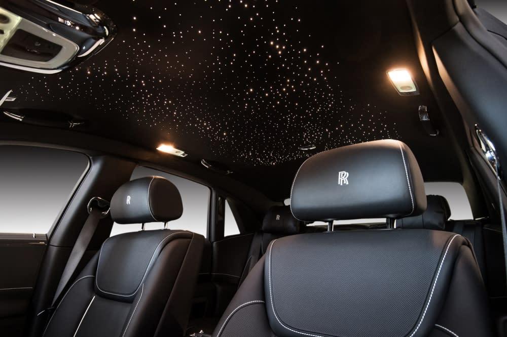 車頂的星光頂棚在黑暗的車內熠熠生輝