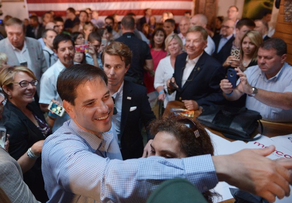 Republican presidential hopeful Marco Rubio greets supporters after speaking at a rally in a restaurant on August 5, 2015 in Cleveland, Ohio (AFP Photo/Mandel Ngan)