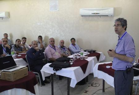British surgeon David Nott trains Palestinian doctors in Gaza City July 10, 2017. Picture taken July 10, 2017. REUTERS/Mohammed Salem