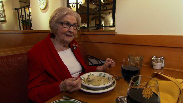 88 year old whose olive garden review went viral goes to applebees - Olive Garden Review