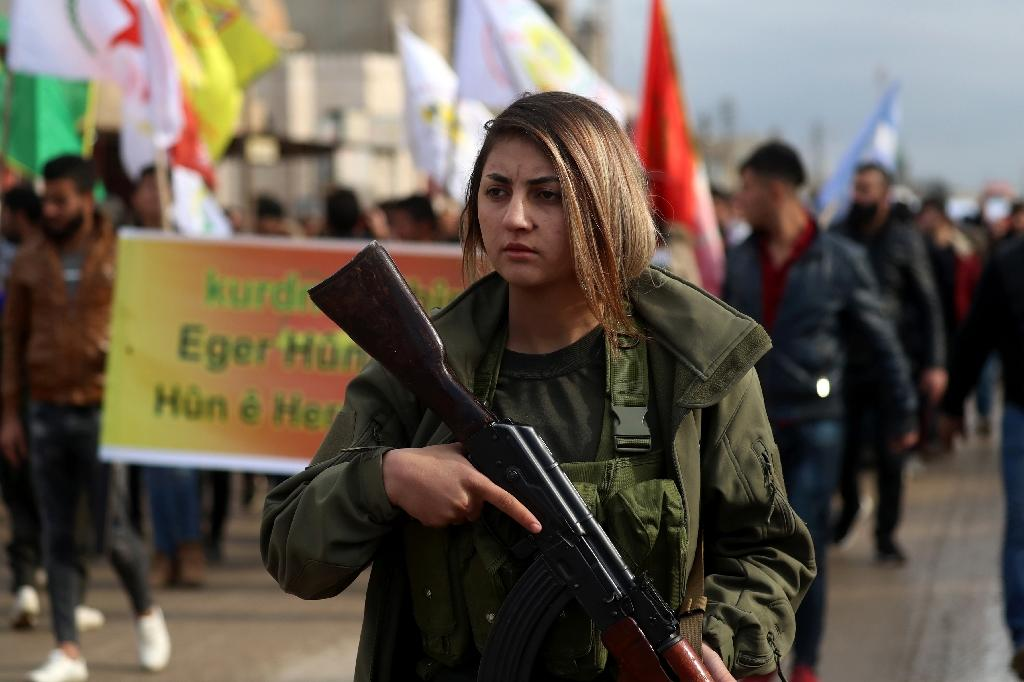 A fighter from the Syrian Democratic Forces (SDF) participates in a demonstration in the northeastern Syrian Kurdish-majority city of Qamishli on December 28, 2018 against threats from Turkey to carry out a fresh offensive (AFP Photo/Delil souleiman)