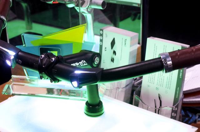 Velco's smart handlebars use lights to guide you home