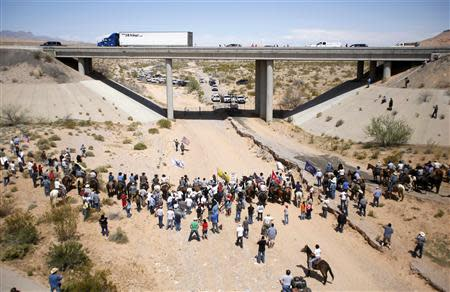 Protesters gather at the Bureau of Land Management's base camp, where the cattle that were seized from rancher Cliven Bundy are being held, near Bunkerville, Nevada April 12, 2014. REUTERS/Jim Urquhart