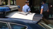 Milano, schiacciato dalla propria auto mentre cambiava una ruota