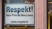 AfD geht gegen antirassistisches Schild am Frankfurter Rathaus vor