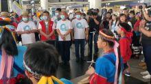 快新聞/陳時中身穿原民服飾抵嘉義 達邦國小15名學童唱「高山青」迎接
