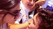 Lucía Rivera y Marc Márquez celebran con un tierno beso la última victoria del piloto