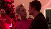 Katy Perry é pedida em casamento no Dia dos Namorados e fãs comemoram