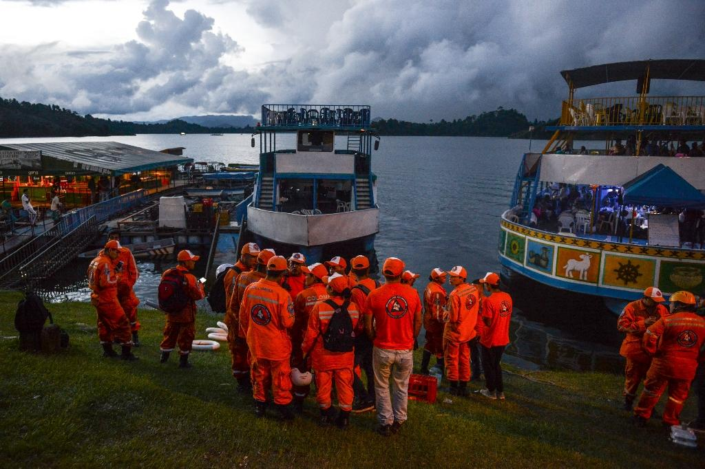 One helicopter from the air force and two from the army were assisting rescue operations in the El Penol reservoir in the tourist town of Guatape (AFP Photo/JOAQUIN SARMIENTO)