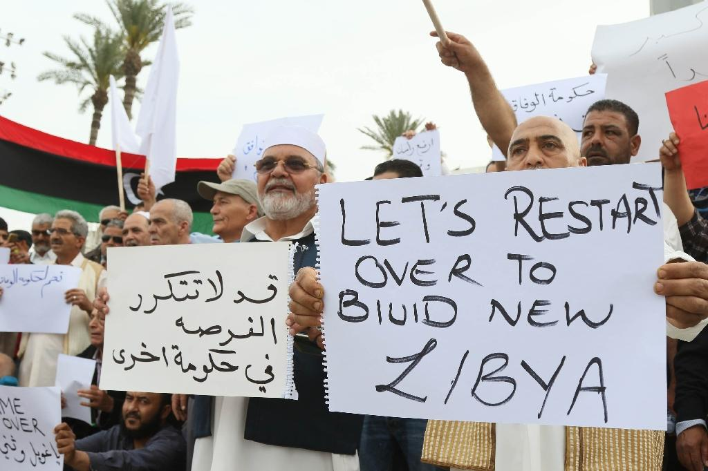 Pro-UN-backed government supporters rally in the Libyan capital Tripoli on April 1, 2016 (AFP Photo/Mahmud Turkia)