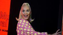 El look 'Barbie' de Katy Perry con tacones de pompón