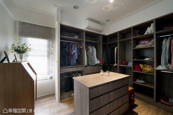 超大更衣室,除開放設計的收納高櫃,中間更格外設置中島台,讓收納功能更豐富更多元。
