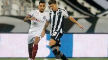 Substituído no 2º tempo, Bruno Nazário, do Botafogo, deixa estádio com bota ortopédica