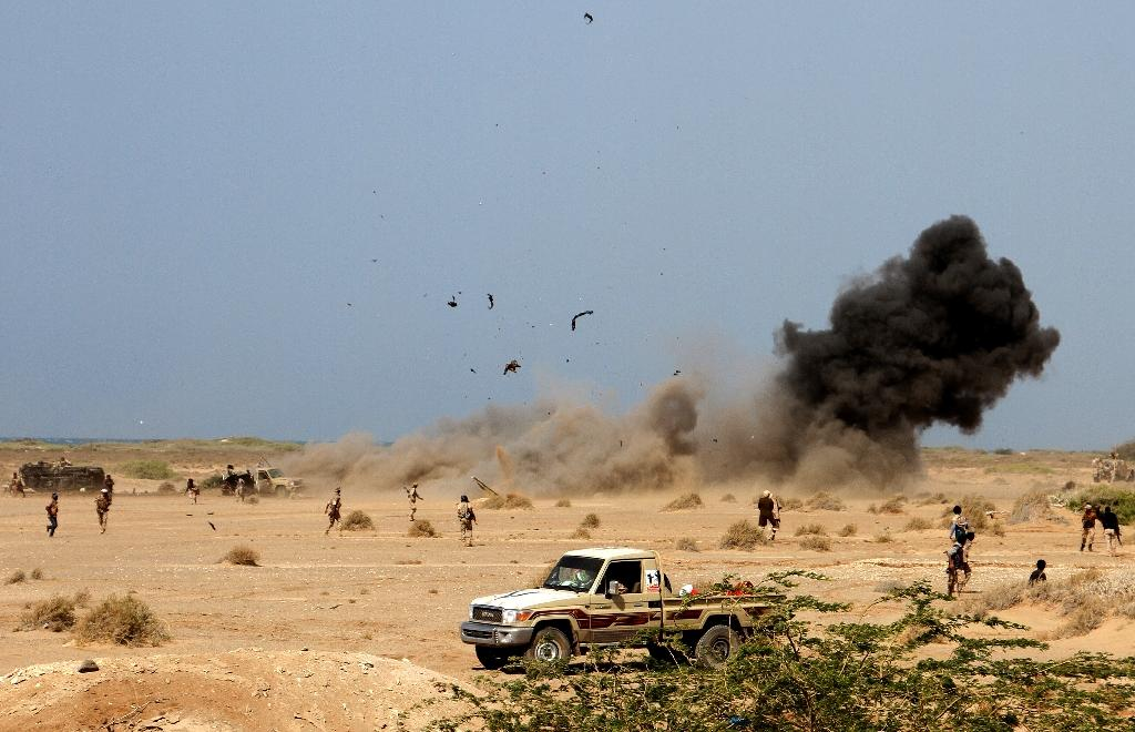 A landmine explodes as Yemeni loyalist forces patrol an area near the Red Sea port town of Mocha on January 20, 2017 (AFP Photo/SALEH AL-OBEIDI)