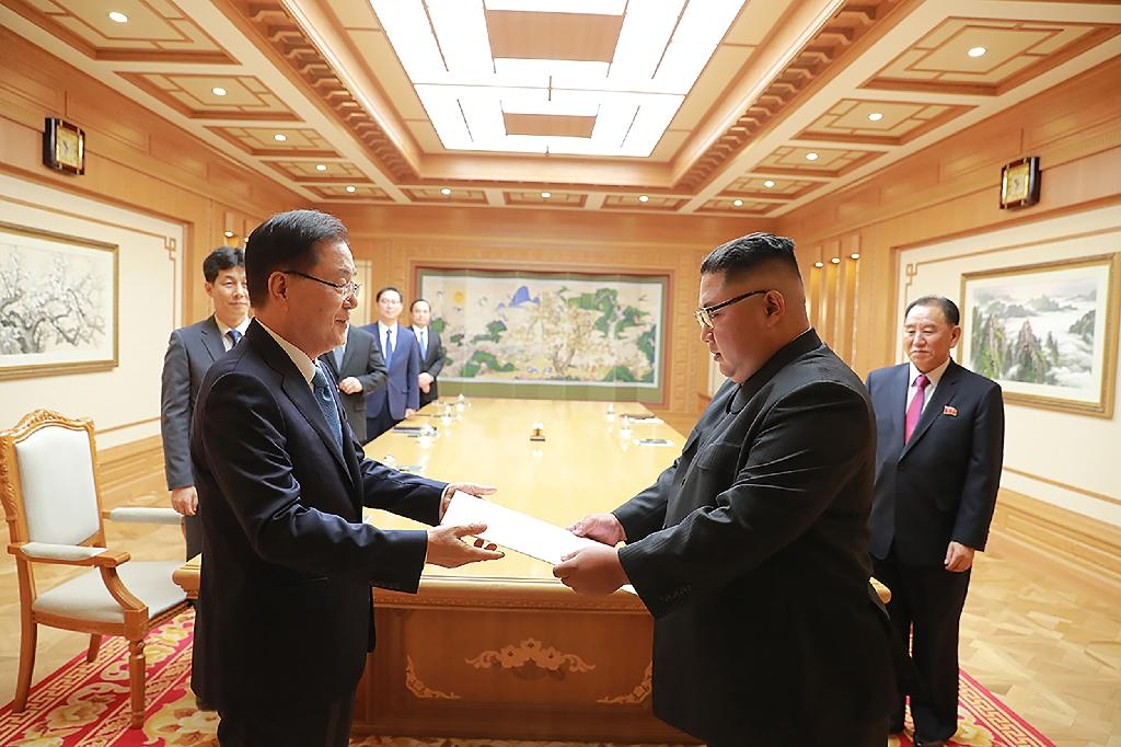 A top South Korean envoy handed a personal letter from President Moon to Kim Jong Un (AFP Photo/handout)