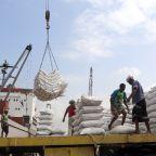 Govt troops push in Yemeni port stalls as rebels plant mines