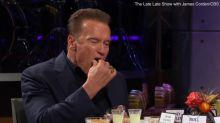 Zapping TV #96 : Jennifer Aniston embrasse une femme, Arnold Schwarzenegger mange des testicules de dinde...