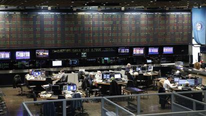 Bajan acciones, bonos y vuelve a subir el riesgo país