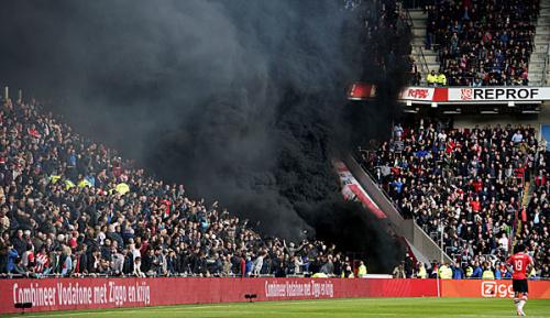 International: Spielunterbrechung durch Rauchbombe: 15 Verletzte, eine Festnahme
