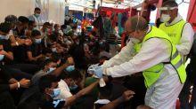 """""""C'est un très grand soulagement pour nous, et surtout à bord"""", indique SOS Méditerranée après l'autorisation de débarquer 180 migrants secourus en Méditerranée"""